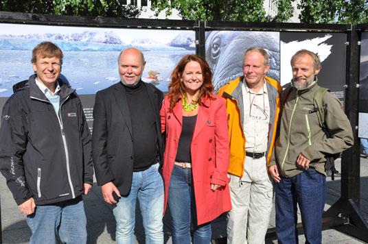 Naturfotografene Pål Hermansen, Magnus Reneflot, Ove Bergesen og Svein Grønvold sammen med statssekretær Heidi Sørensen under åpningen av utstillingen. Foto: Miljøverndepartementet.