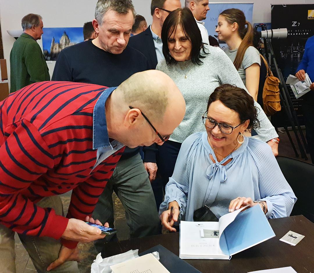 Wenche Dahle signerer bok i Budapest
